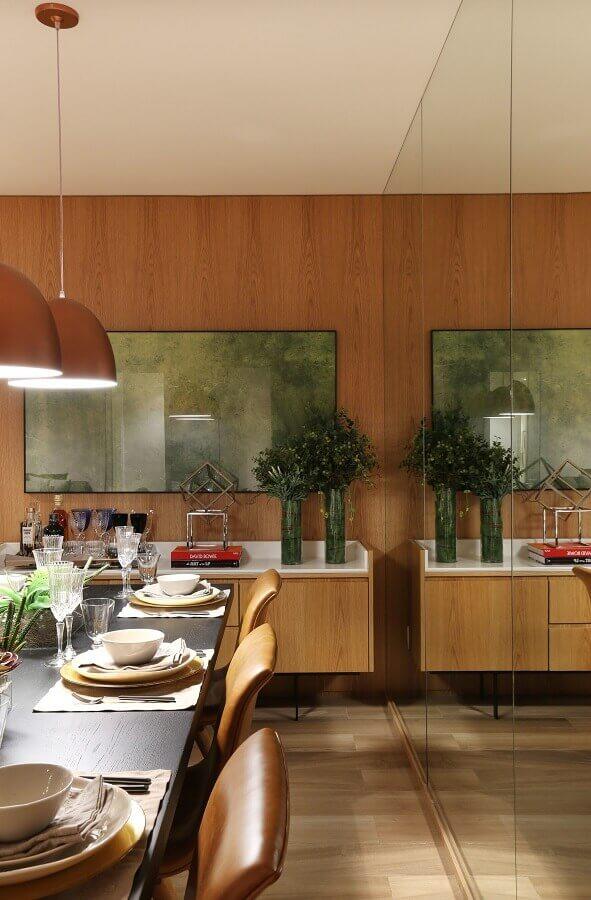 Vaso de vidro para decoração de sala de jantar com buffet e parede de madeira Foto Arquiteta Fernanda Marques