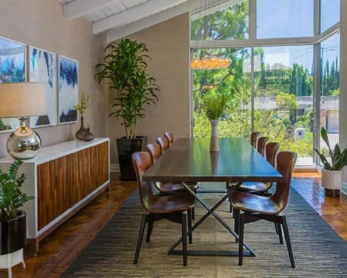 Vasos de plantas para decoração de sala de jantar com buffet branco com madeira Foto Decor Fácil