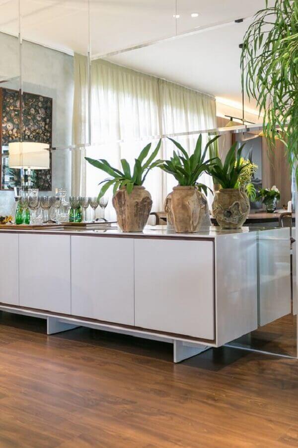 Vasos de plantas para decoração de sala de jantar com buffet e espelho de parede Foto Art Ville Moveis